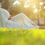 Tylko zasłonięty brzuch chroni kobietę w ciąży i jej dziecko przed niepożądanym działaniem promieni słonecznych, ukąszeniem przez owady i przed urazem mechanicznym.