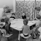 W PRL, pierwszego dnia przedszkolanka odrywała dzieciaka od nogi mamy i zamykała jej drzwi przed nosem.