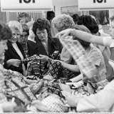 Gdy docierała wieść, że do pobliskiego sklepu mają przywieźć towar, stawiano dzieci w kolejce, by czekały na dostawę.
