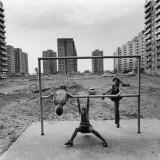 Pierwsze mieszkanie spółdzielcze  rozkopane, szare brudne i nudne osiedle, typowe blokowisko, domy z wielkich płyt betonowych.