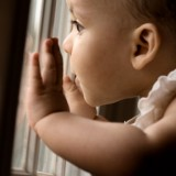 Dziecko będzie bezpieczniejsze, gdy na okna przymocujesz blokady, by z nich nie wypadło.