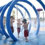 Dzieci uwielbiają zabawy w parku wodnym.