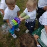 Dwulatek potrafi  Wiktoria demonstruje, jak profesjonalnie puszcza się bańki