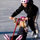 Dzieci, które stawiają swoje pierwsze kroki na lodzie muszą mieć na głowach kaski, chroniące je przed skutkami upadku.