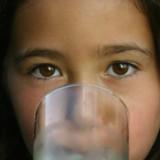 Dzieciom, które mają problemy w nocy z sikaniem, nie należy dawać pić na dwie godziny przed spaniem.
