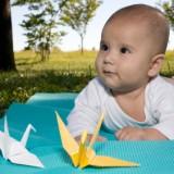 Na zajęciach jogi dla niemowlaków i mam, mamy poruszają rączkami i nóżkami dzieci.
