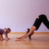 Joga w rodzinnym gronie to pretekst, by razem spędzać czas, bawiąc się i ucząc.