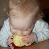 Mikołaj je najzdrowszą słodką przekąskę - świeży owoc.