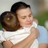 Przytulanie i głaskanie doraźnie przynosi płaczącemu z bólu maluchowi ulgę.