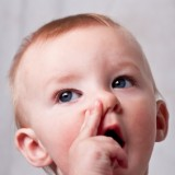 Grymasy twarzy, sapka nosowa, salut alergiczny, zmarszczki i cienie wokół oczu, chrapanie, poprzeczna bruzda na nosie, trudności podczas karmienia są objawami dodatkowymi ANN występującymi u dzieci poniżej 3. roku życia.