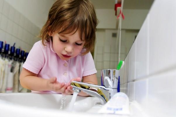 Większe kłopoty adaptacyjne w przedszkolu przeżywają dzieci nadopiekuńczych rodziców.
