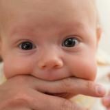 Gdy dziecko obficie się ślini, wkłada do buzi rączki lub przedmioty, to znak, że ząbkuje