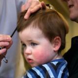 Przed pierwszą wizytą u fryzjera należy oswoić dziecko z hałaśliwymi dźwiękami.