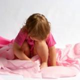 Bóle brzucha u dziecka mogą mieć różne przyczyny.