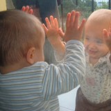 Jeśli bliźniaki są bardzo mocno związane ze sobą, trzeba tę wspólnotę uszanować.