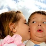 Podpowiedz dziecku, że zamiast całusów, można ukochanemu podarować tez rysunek czy wspólnie się pobawić.