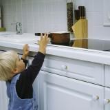 Rodzice rzadko mają świadomość jak wysoko i jak daleko małe dziecko sięga. To usypia ich czujność
