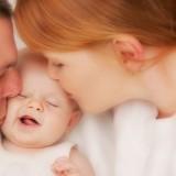 Karmienie na żądanie minimum 8 razy na dobę bez dłuższej niż 4 godziny przerwy nocnej przez pierwsze trzy miesiące od porodu ogranicza płodność kobiety, oczywiście nie stuprocentowo.