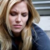 Aspiryna, która działa atnyprostaglandynowo albo lek no-spa zmniejszają ból menstruacyjny. Niektóre kobiety doznają ulgi po ibuprofenie czy ibumaksie, niesteroidowych lekach przeciwzapalnych.