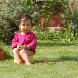 Dziecko z objawami zapalenia pęcherza należy często poić, by często sikało i w ten sposób wypłukiwało bakterie z dróg moczowych.