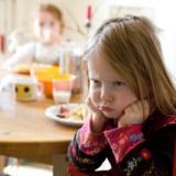 Objawy zespołu Aspergera stają się dostrzegalne dopiero w przedszkolu albo szkole, gdzie daje znać o sobie brak kompetencji społecznych, niezdolność funkcjonowania dziecka w grupie rówieśniczej.