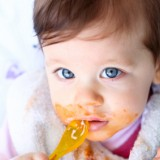 Maluszka należy karmić łyżeczką plastikową, o idealnie gładkich krawędziach