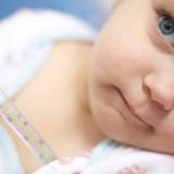 Gorączka, a u starszych dzieci bóle w okolicy lędźwiowej, mogą być objawem ostrego odmiedniczkowego zapalenia nerek. Następstwem stanu zapalnego dolnych dróg moczowych mogą też być bóle w dole brzucha czy częstomocz.
