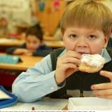 Na drugie, szkolne śniadanie dziecko powinno dostać z domu kanapkę z pełnoziarnistego pieczywa, owoc, koktajl z musli oraz coś do picia, najlepiej wodę.