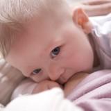 Podczas zatrzymywania laktacji, dziecko przystawiamy na krócej do piersi, tak, by pierś nie do końca była opróżniana.
