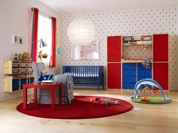 Pokój dziecka powinien być jasny. Intensywne barwy z umiarem można stosować w dodatkach. Niebieski i zielony kolor - uspokajają i relaksują. Żółty i pomarańczowy – wzmagają procesy życiowe, a kolor czerwony – pobudza. Do malowania należy wybrać farby bez zawartości lotnych rozpuszczalników: toluenu, nitro, benzyny.         Najlepiej użyć farb ekologicznych z atestami (oznaczenie Eco Label, Błękitny Anioł i te polecane przez Polskie Towarzystwo Alergologiczne). Mimo to, po pomalowaniu pokój trzeba wietrzyć parę dni.