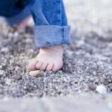 Wszystkim dzieciom zaleca się chodzenie na bosaka po naturalnym, nierównym terenie, na przykład po trawie, piasku, kamieniach