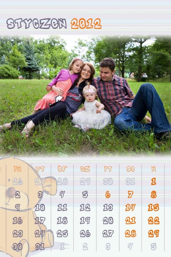 Na okładce kalendarza jest to samo zwycięskie zdjęcie czarno-białe. W styczniu powtórka, tyle, że w kolorze. Trudno się dziwić, w końcu okładkę się odwraca i jej nie widać.