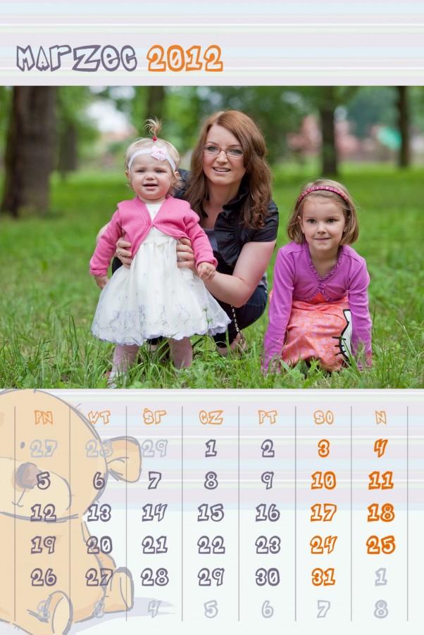 Claudia i Lilianna z mamą. To czwarta karta z kalendarza (liczymy też okładkę) z tej samej, jakże udanej, sesji zdjęciowej.