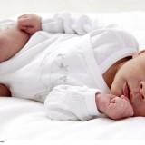 Neurologiczne badanie noworodka metodą Prechtla trwa krótko. Dziecko w body kładzie się na plecach na matę i kamerą nagrywa jego ruchy