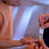 Każde zadrapanie u dziecka, szczególnie na ręce, powinno się zaklejać plastrem by wirus brodawczaka ludzkiego HPV nie miał szans wniknąć. Brodawki i kurzajki to problem nie tylko estetyczny.