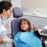 Proces próchnicowy zębów mlecznych przebiega o wiele szybciej, niż u dorosłych. Warto zaprowadzać pociechę do dentysty raz na kwartał. Przeglądy jamy ustnej są bezpłatne.