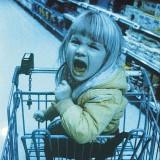 Jeśli dziecko w sklepie próbuje wymusić krzykiem, byśmy coś mu kupili a my tego nie chcemy zrobić, nie należy się przejmować złymi spojrzeniami obcych ludzi, tylko postępować według własnych zasad.