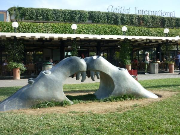 Rzeźby Manganelliego na murawie przed lotniskiem w Pizie.