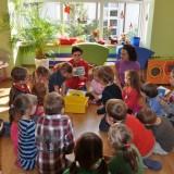 Dzieci z przedszkola Akademia Małego Człowieka w Warszawie uczą się, jak segregować śmieci, dowiadują się, czym są odpady niebezpieczne, jak z nimi postępować.
