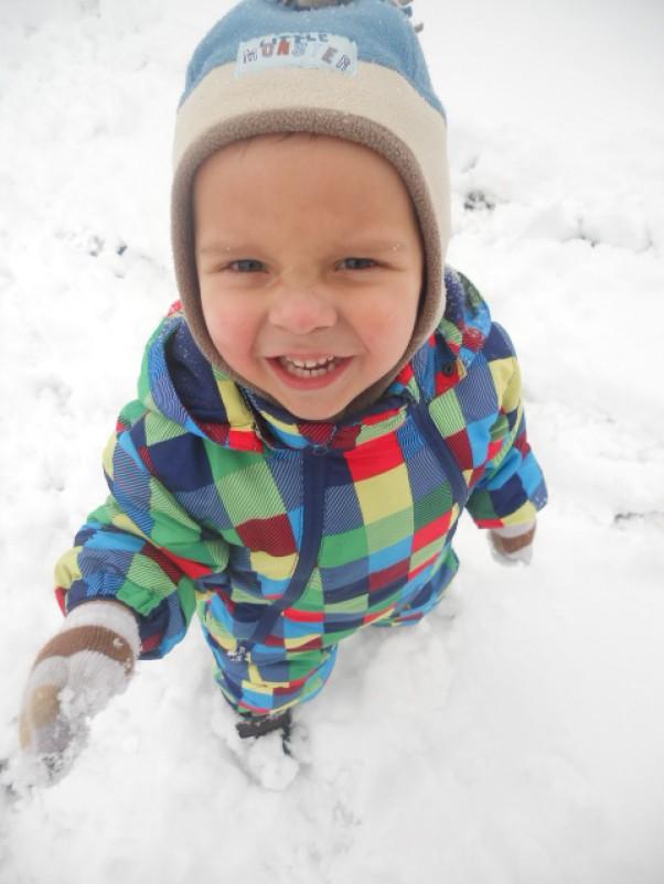 Zdjęcie zgłoszone na konkurs eBobas.pl A ja lubię zimę! \nJest śnieg jest zabawa.\nOd czego tu zacząć: bitwa na kulki czy lepienie bałwana???\n