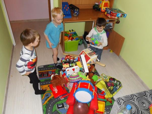 Walka z nudą :) Walka z nudą pełną parą trwa. Koledzy są, zabawki są, nudy brak :) tylko kto to posprząta? :)