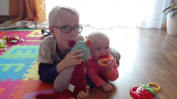 Zdjęcie zgłoszone na konkurs eBobas.pl We dwoje zawsze raźniej - to pewne.Nawet z dużo młodszą siostrą można fajnie bawić się, nawet starszy brat potrafi fajny być i wspólny pomysł na zabawę mieć :)