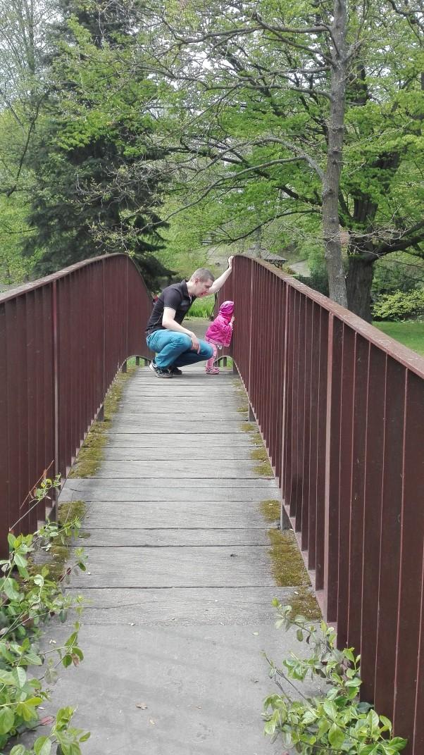 Ciekawość podróżniczki Podróże małe i duże uczą, kształcą, umilaja czas. Kiedy czasu brak wybieramy się poznawać pobliski świat, parki, ogrody, łąki czy sad. Oleńka wszystkiego ciekawa jest, wszędzie wejść i zajrzeć chce :-) Kuku, co słychać poniższej mostku?może zabke wypatrze a może kaczkę? :-)