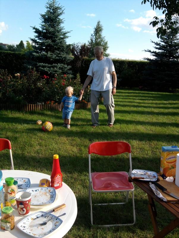 Gra w piłkę z pradziadkiem :) Jak dobrze, że pradziadek ma jeszcze tyle sił by biegać za piłką i prawnusiem :)