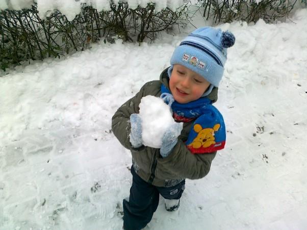 Zimowy Marcelek Taką wielką kulkę mam,\nzaraz do Was wrzucę ją,\nżeby wesoło było Wam :)
