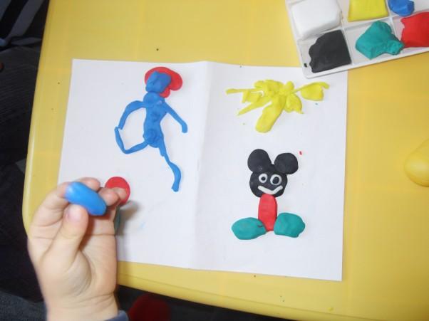 Bajkowe ludki- Marcel 3 lata A my lepić lubimy i postacie z bajek stworzymy :)\nU góry niebieski stwór jest...kto z Was zgadnie kto to jest??? Oczywiście Papa Smerf. Myszka Miki przyszła też,bo miała ochotę przywitać się :)