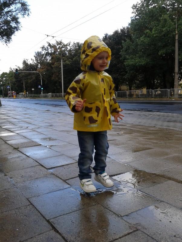 I hops w kałużę... Jesienna pogoda, wydawać by się mogła\nszara, ponura, deszczowa...\nAle dla Małego Odkrywcy, Pani Jesień masę przygód \nniesie :) Tak, więc płaszczyk od deszczu zakładamy i na spacer w jesienną mżawkę się wybieramy, aby skoki w kałużę poćwiczyć, aby odporność na zimę zdobyć. Tak więc Jesień przygód masę niesie i tylko uśmiechnąć do niej trzeba się :)