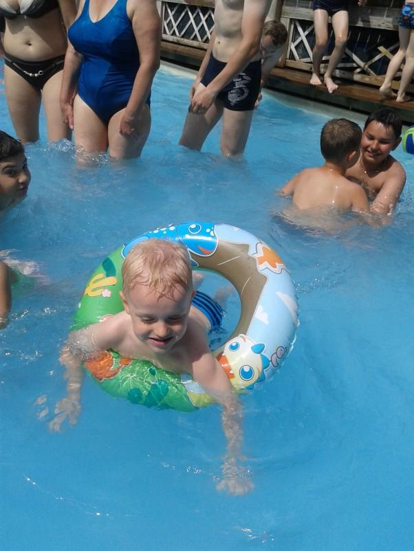 Wodne szaleństwa Wakacje, wakacje, słońce, woda i plaża...\nMarcele się cieszy śmieje i bawi, bo to Stworzonko wodne jest i wakacje bez wody to stracony czas :)