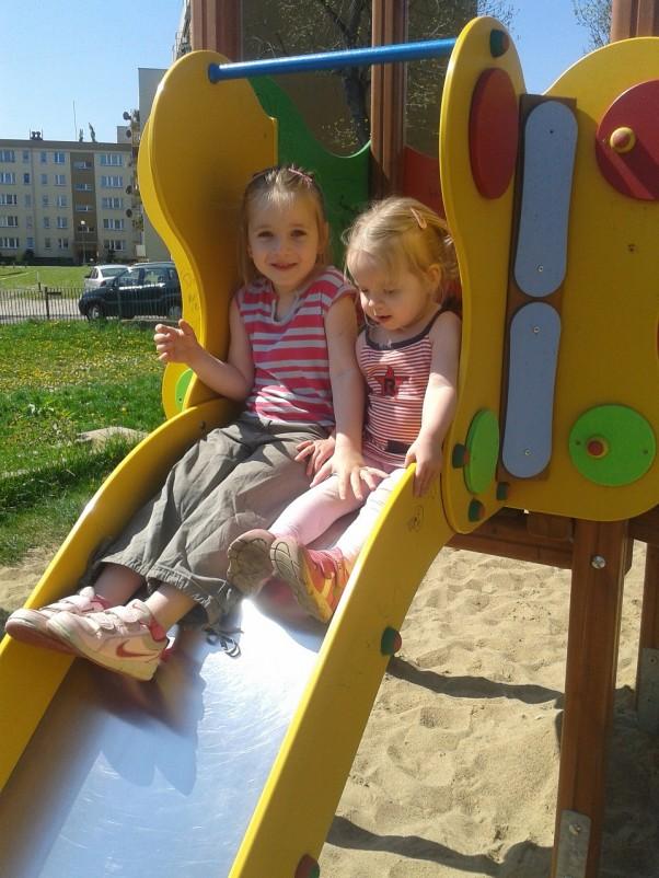 Zdjęcie zgłoszone na konkurs eBobas.pl Zabawa z siostra na zjeżdżalni jest wspaniala :)