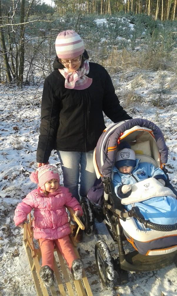 Zimowy spacerek :)  Oto zimowy spacerek Bartusia i Madzi do lasu :)